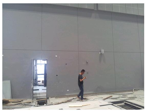 圖九 迪士普工程師現場安裝揚聲器