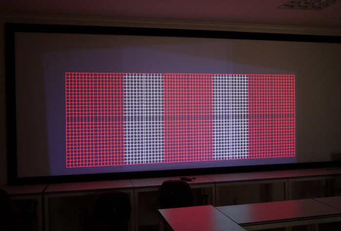 图为灰色亮底为投影仪输出图像原始区域,红白网格为几何校正后的信号显示区域