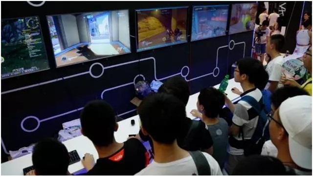 DEEPub展区里的裸眼3D游戏,对当下年轻人来说极具吸引力,不少人在体验结束后直呼过瘾。