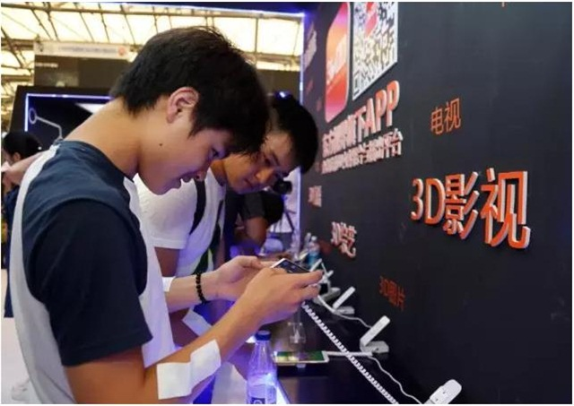 在展会现场,3D V5手机成为观众关注的焦点。