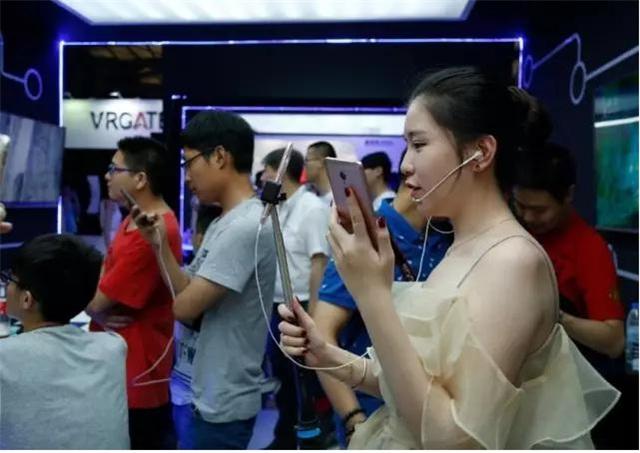 图为主播与粉丝分享观3D V5手机体带来的极致体验。
