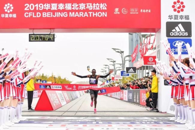 2019北京马拉松雨中奔跑,银河误乐城一路相随,全程护航