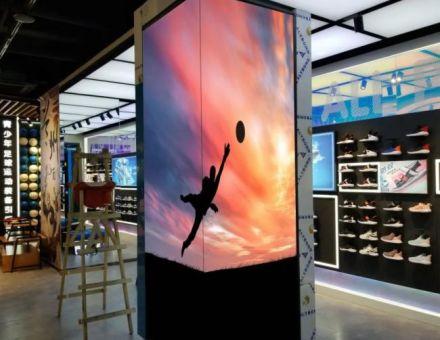 商用化普及提速,强力巨彩LED橱窗屏助力智慧零售