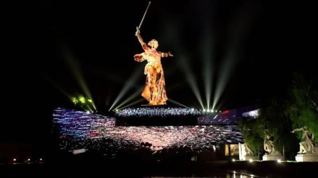 """俄罗斯""""祖国母亲在召唤""""雕像由科视RGB纯激光投影机照亮"""