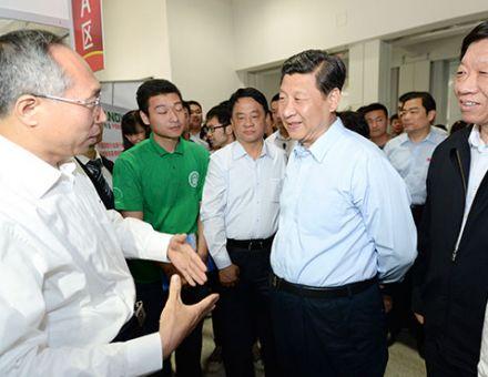 """""""中国梦""""近在咫尺:习近平与天地伟业戴林亲切交谈"""