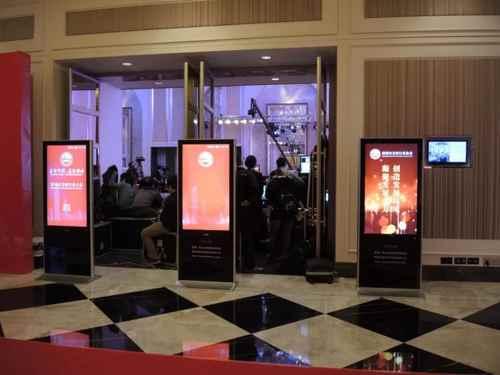 壁掛廣告機與落地廣告機的區別和選擇