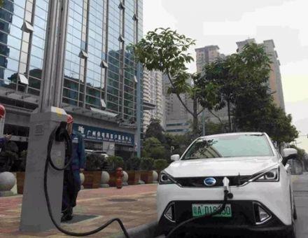 廣州點亮首批智慧路燈,具備連接5G、給車充電等特點