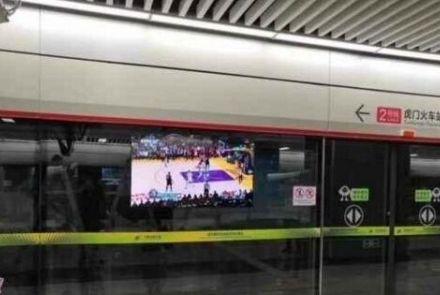 壁纸型数字标牌打造充满科技感的地铁站